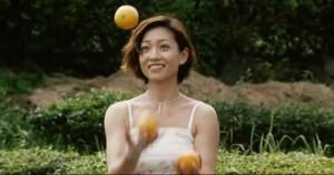 жонглирующая девушка