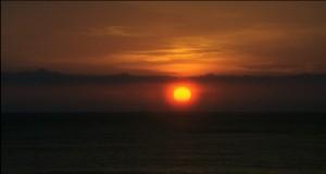 Унесенные необыкновенной судьбой в лазурное море в августе - закат