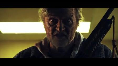 Рутгер Хауэр в роли Бомжа с дробовиком
