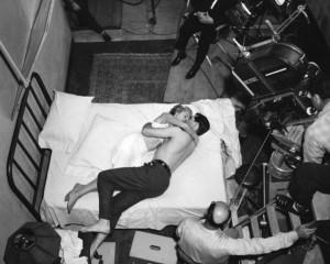 постельная сцена в окружении камер
