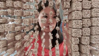 Хонг Йи смастерила портрет Джеки Чана из палочек для еды