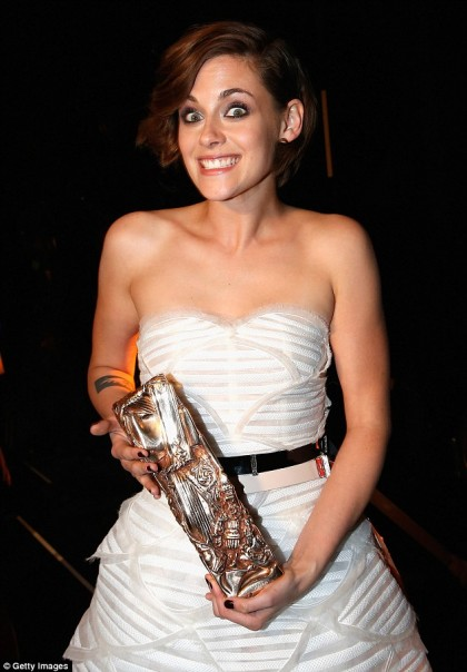 25E38B0700000578-2962276-How_unusual_Kristen_shows_off_her_goofy_side_in_this_candid_phot-m-78_1424486086906